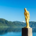 日本一青い田沢湖とのコントラストが記憶に残る「たつこ像」